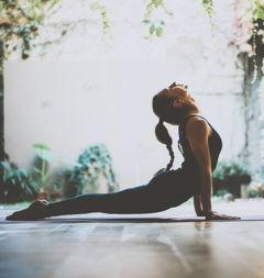Dehnende Yoga Haltung