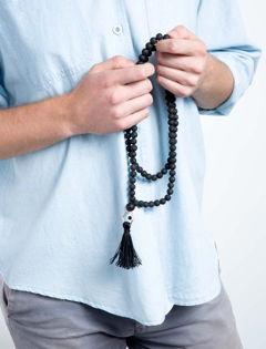Mann mit Mala Halskette