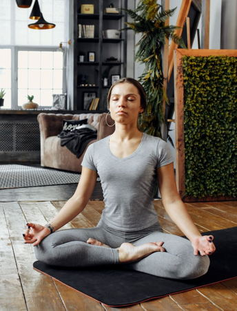 Frau im Schneidersitz zum Meditieren