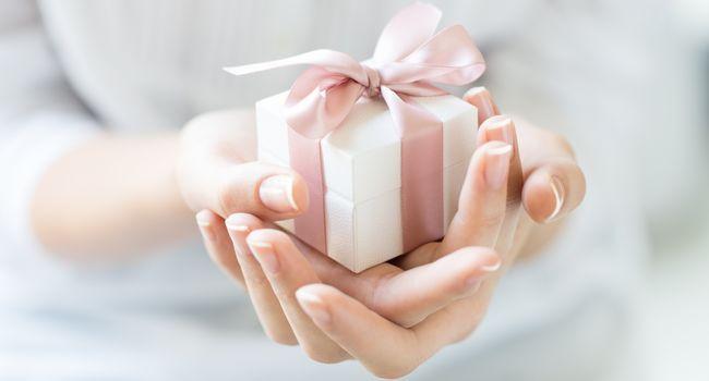 Geschenk in Händen