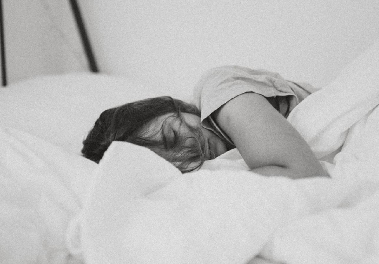 Mädchen wacht nach ihrem Traum auf