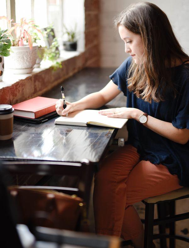 Mädchen macht Journaling